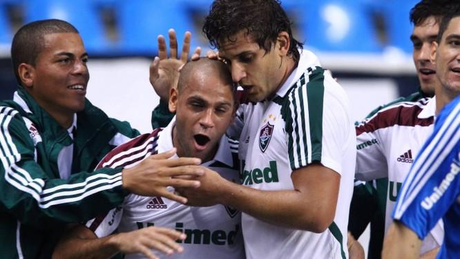 Carlinhos e Rafael Moura comemoram o gol da vitória tricolor Foto: Ivo Gonzalez / O Globo