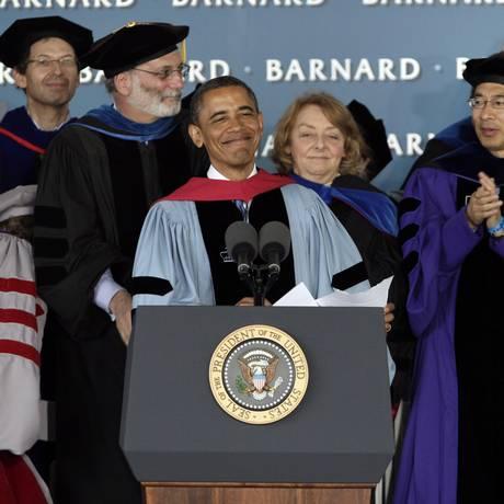 Barack Obama durante discurso em formatura na faculdade feminina Barnard, na Universidade Columbia, em Nova York, nesta segunda-feira Foto: Richard Drew / AP