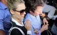 Carolina Dieckmann, acompanhada do marido Tiago Worcman, deixa a delegacia após prestar depoimento