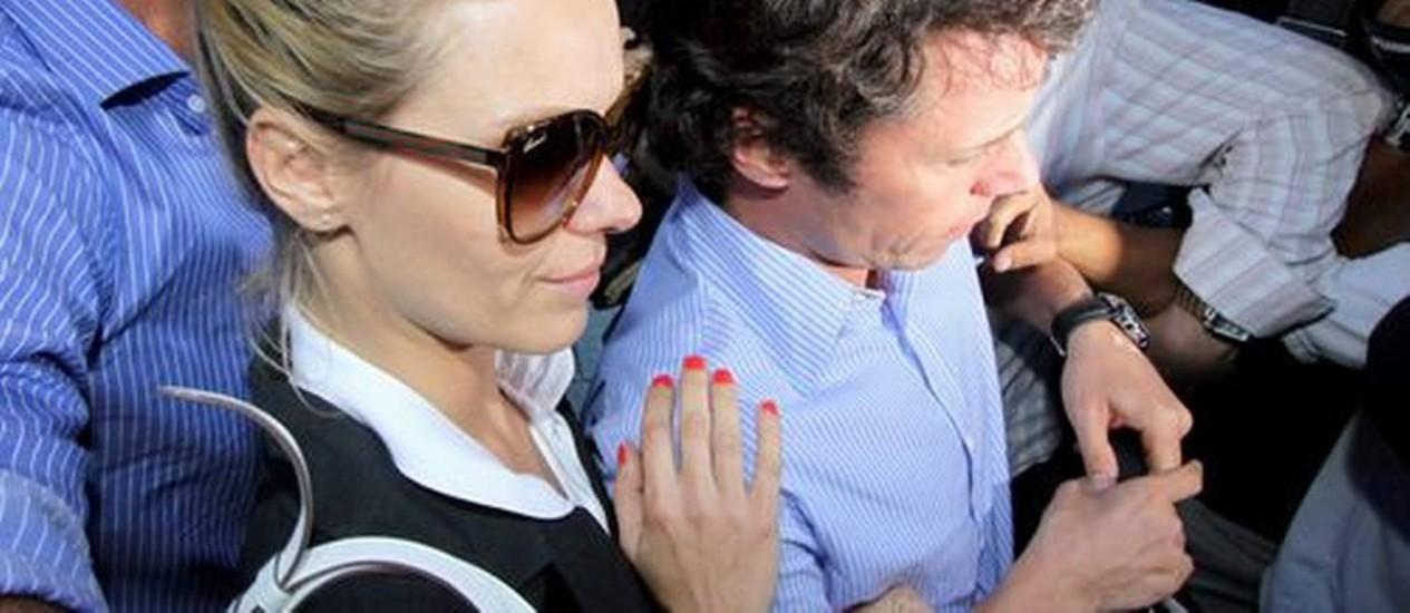 Carolina Dieckmann, acompanhada do marido Tiago Worcman, deixa a delegacia após prestar depoimento Foto: Paulo Nicolella / O Globo