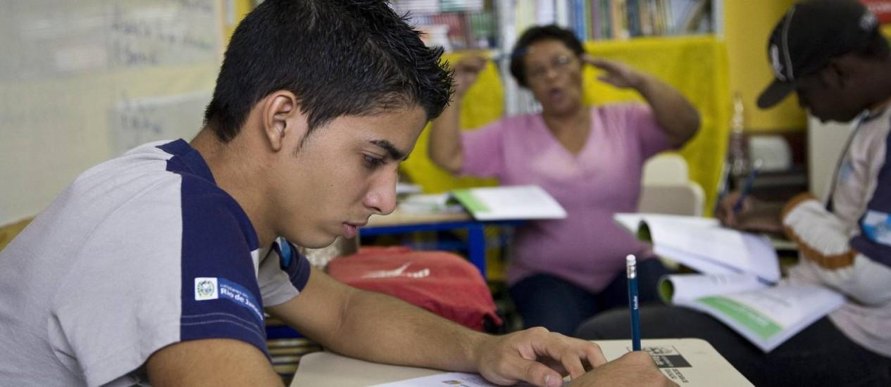 O estudante Jemerson Valente concilia a rotina de estudos com a de trabalho: repetiu de ano 5 vezes Foto: Cecília Acioli / O Globo