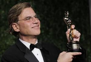 Aaron Sorkin comemora o Oscar pelo roteiro de 'A rede social' Foto: Reuters