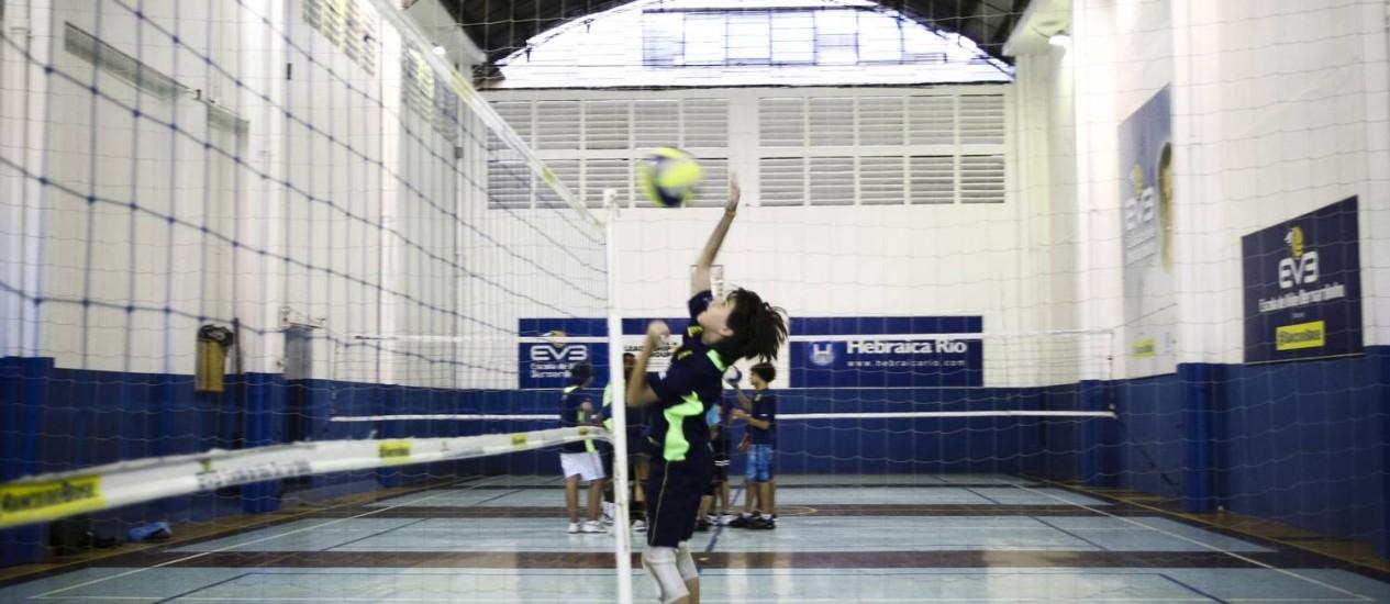 AULA DA Escolinha de Vôlei Bernardinho, que funciona no clube: projetos esportivos da Hebraica atraíram 3.800 atletas Foto: Paula Giolito