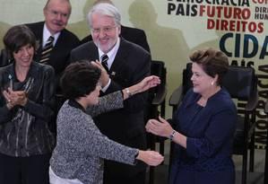 A presidente Dilma Rousseff recebe um abraço da Rosa Maria Cardoso posse, no fundo Maria Rita Kehl, Paulo Sérgio Pinheiro, membros da comissão da verdade no palacio do Planalto Foto: O Globo / Ailton de Freitas