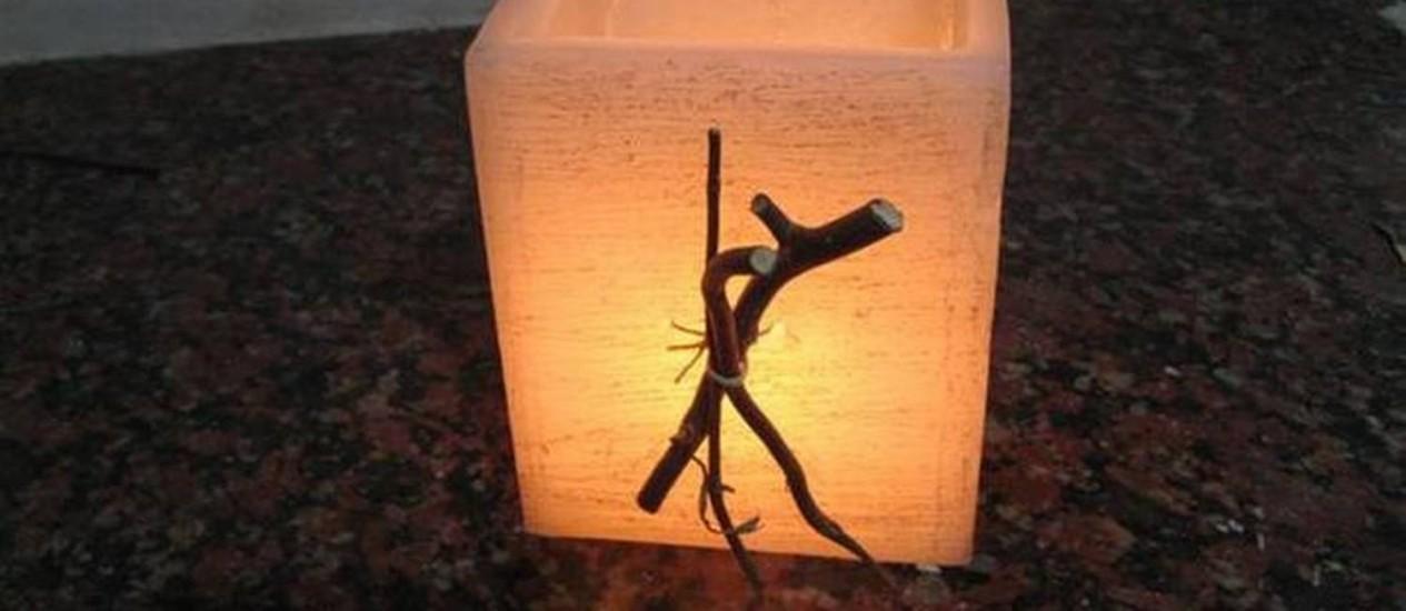 Com parafina e betume, é possível criar uma luminária com aspecto envelhecido Foto: Reprodução/Débora Tripodi