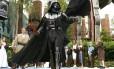 """""""Darth Vader"""" caminha entre fãs fantasiados de cavalheiros jedi no """"Star Wars Weekends"""", no Walt Disney World, em Orlando"""