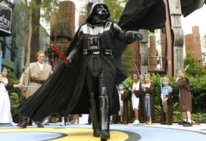 """""""Darth Vader"""" caminha entre fãs fantasiados de cavalheiros jedi no """"Star Wars Weekends"""", no Walt Disney World, em Orlando Foto: Walt Disney World / Divulgação"""