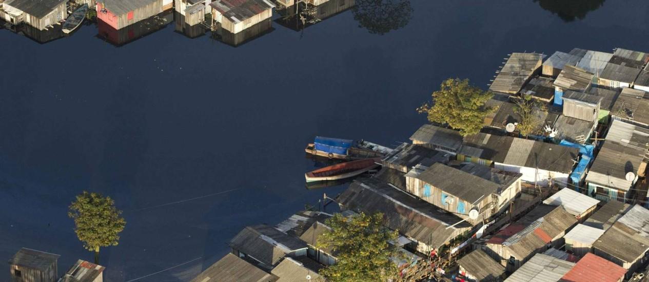 Vista aérea de casas inundadas pela cheia do Rio Negro, que nesta quinta-feira alcançou novo nível recorde de 29,8 metros Foto: REUTERS/Bruno Kelly