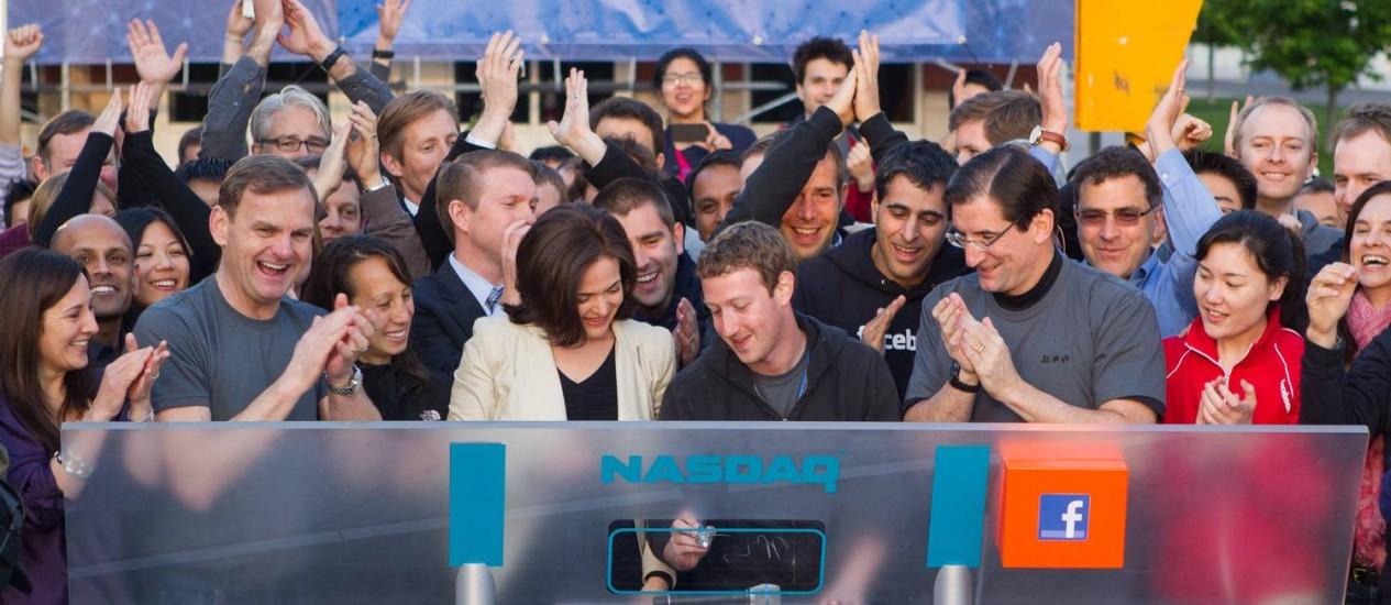 Na sede do Facebook, na Califórnia, o fundador e presidente-executivo da rede social, Mark Zuckerberg, anuncia a abertura de capital da empresa na Nasdaq Foto: Reuters