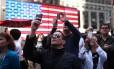 Na Times Square, americanos paravam para registrar o momento em que Zuckerberg anunicou o IPO do Facebook, na Nasdaq