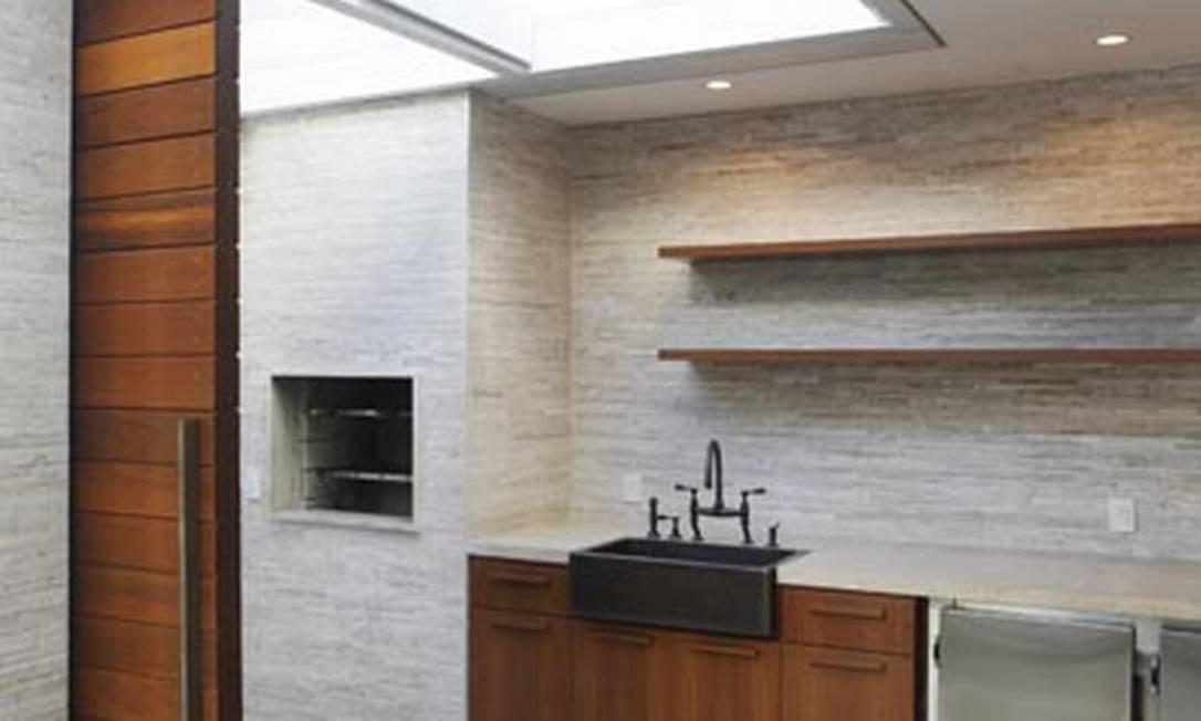 No projeto da cozinha gourmet da arquiteta Izabela Lessa, o teto de vidro é aberto com controle remoto Divulgação
