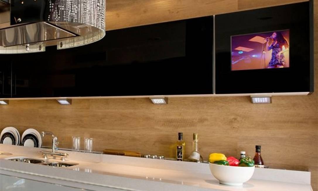 A LCD Cuccina da Treselle faz parte de uma linha de armários que já vem a TV camuflada na porta de um dos módulos. Quando o aparelho está desligado, passa despercebido Divulgação