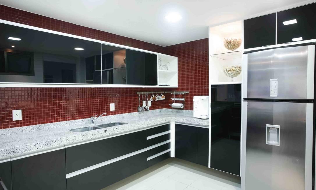 arrojada cozinha planejada pela Florense recebeu vidros pretos nas