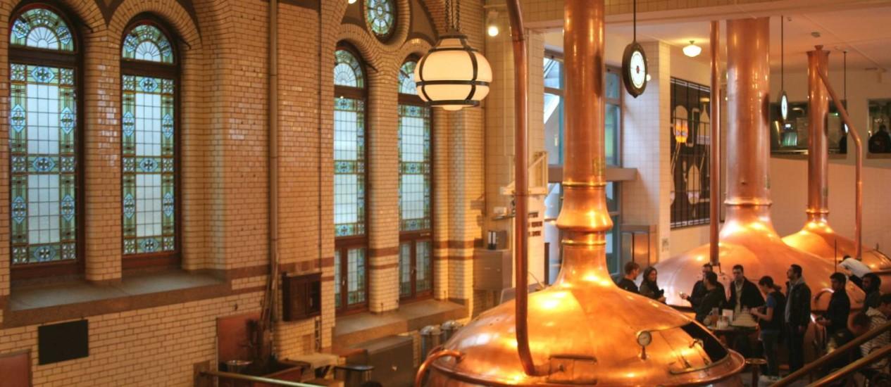 O salão com os gigantescos tonéis de cobre nos quais a cerveja era feita são destaque na Heineken Experience, em Amsterdã Foto: Carla Lencastre / O GLOBO