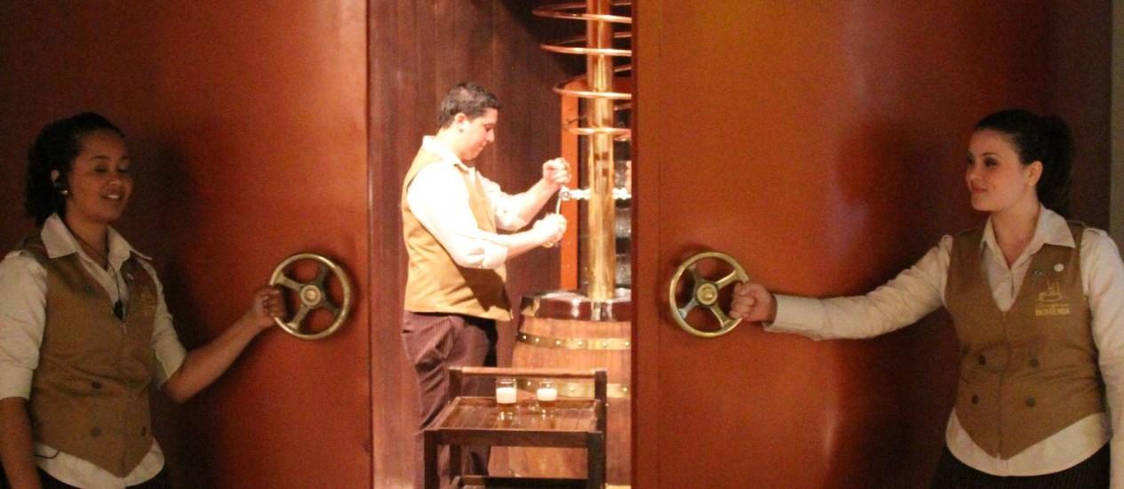Funcionárias da cervejaria Bohemia, em Petrópolis, abrem o cofre onde é servido o chope no final da visita Foto: Bruno Agostini / O Globo