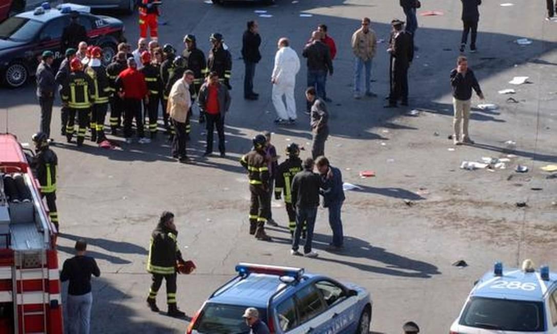 Bombeiros italianos em frente à escola Morvillo Falcone onde uma bomba explodiu Foto: AP