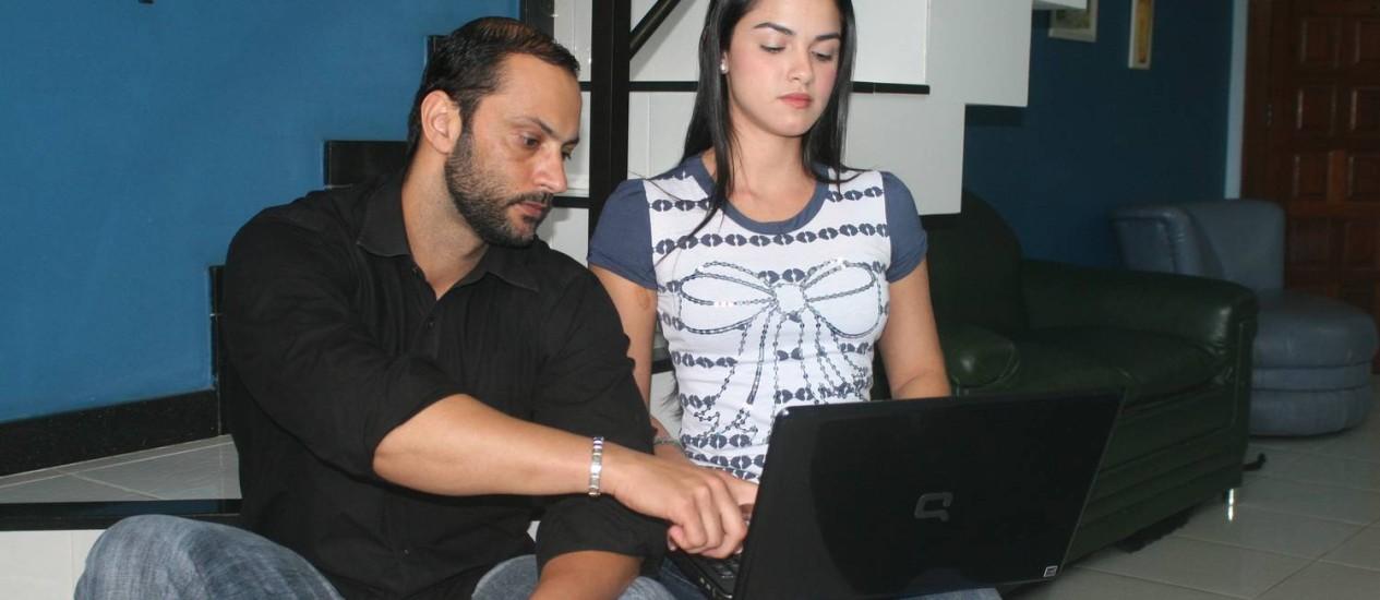 Luciana e o namorado, Marcos: ação por causa de fotos na internet Foto: Walmor Freitas / O Globo