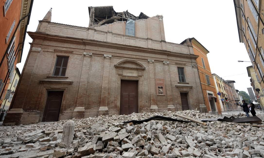 Uma igreja foi bloqueada por destroços de prédios destruidos pelo terremoto Foto: Marco Vasini / AP