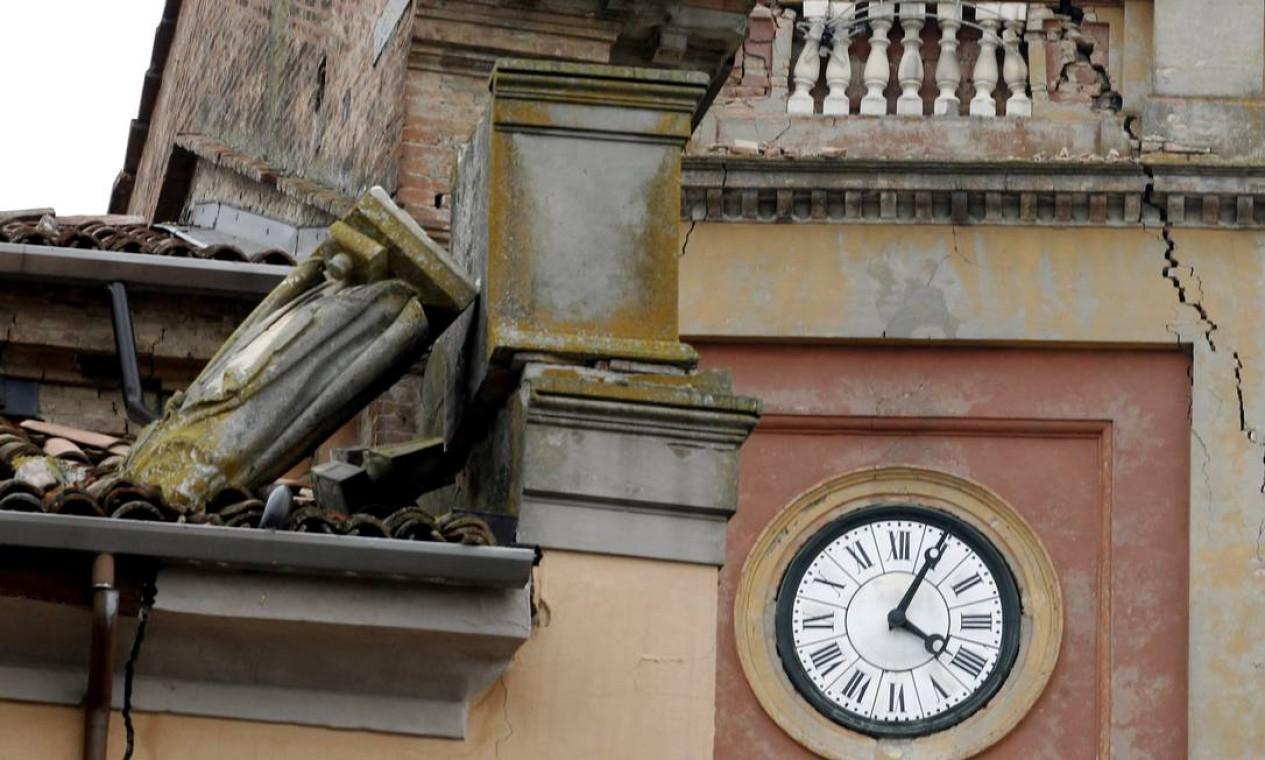 O relógio de uma catedral marca 4h, horário local, que aconteceu o terremoto Foto: Luca Bruno / AP
