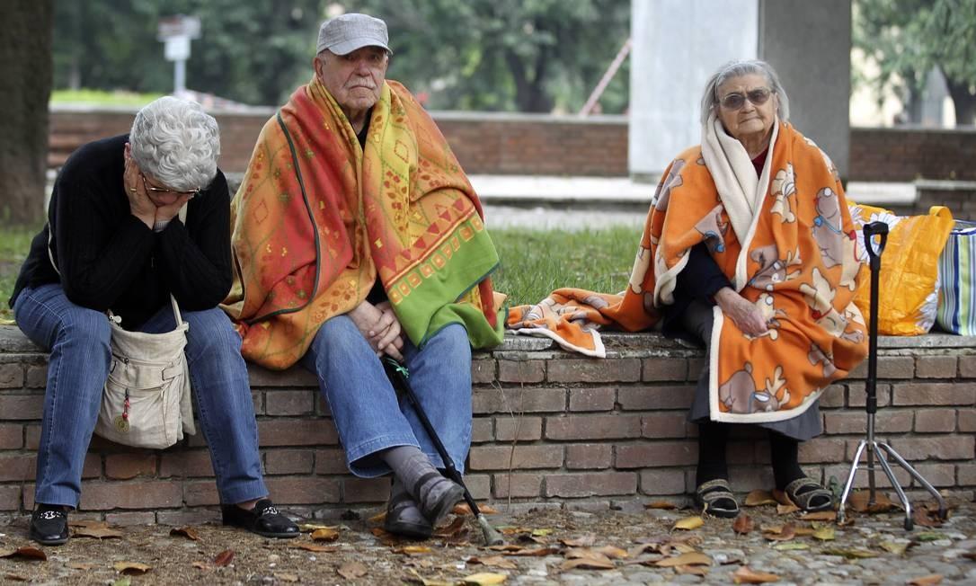 Pessoas sentadas na rua após o terremoto que antingiu o norte do país Foto: Giorgio Benvenuti / REUTERS