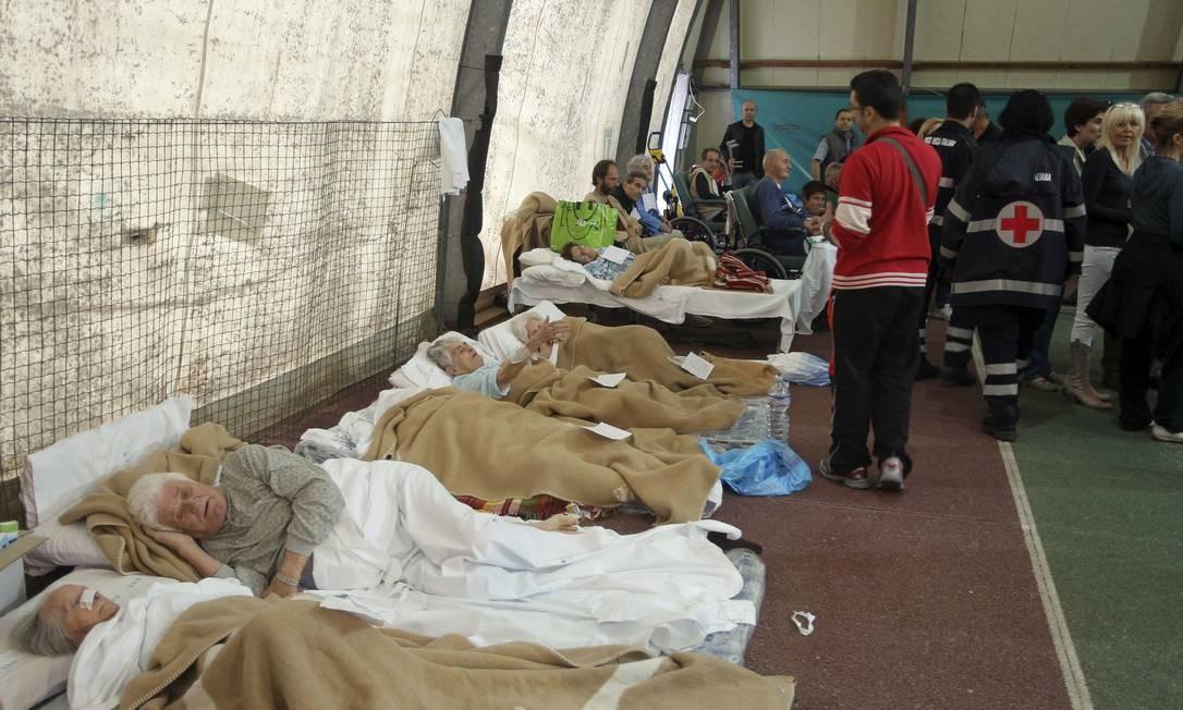 Pessoas recebem os primieros socorros em um hospital após o terremoto que deixou ao menos 50 feridos Foto: Giorgio Benvenuti / Reuters