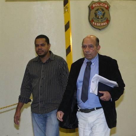 LUIZ CLAUDIO (à esquerda) deixa a sede da PF após ser indiciado Foto: Márcio Alves/ 17-05-12