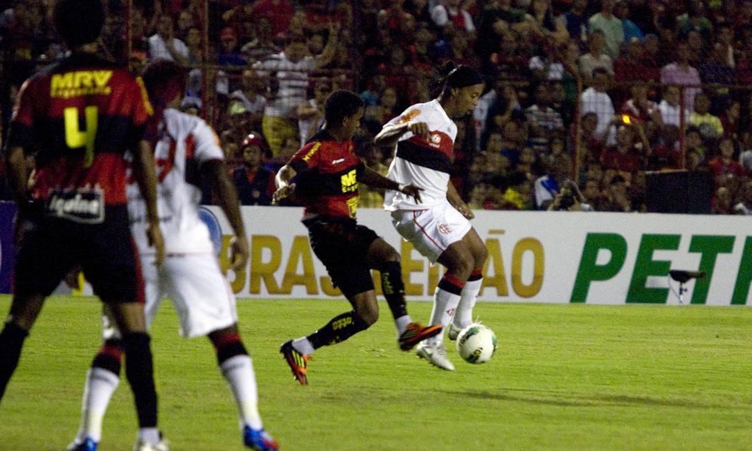 Ronaldinho Gaúcho sofre com a marcação do Sport, na Ilha do Retiro Foto: Hans von Manteuffel / O Globo