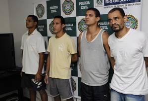 Homens acusados de integrarem quadrilha de sequestro relâmpago são apresentados pela polícia Foto: Marcelo Piu / O Globo