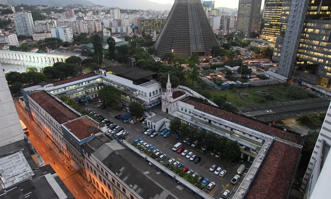 Prédio da sede da Polícia Militar, no Centro do Rio, que teria sido comprado pela Petrobras Foto: Domingos Peixoto / O Globo