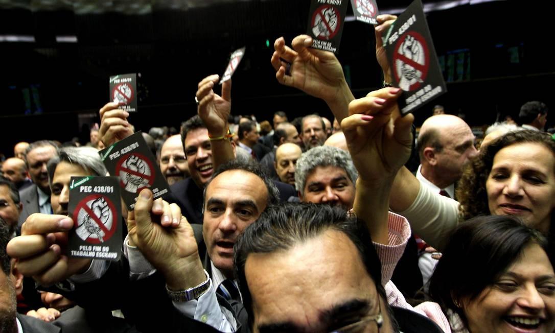 Deputados federais comemoram a votação da PEC do Trabalho Escravo no Plenário da Câmara Foto: O Globo / Ailton de Freitas