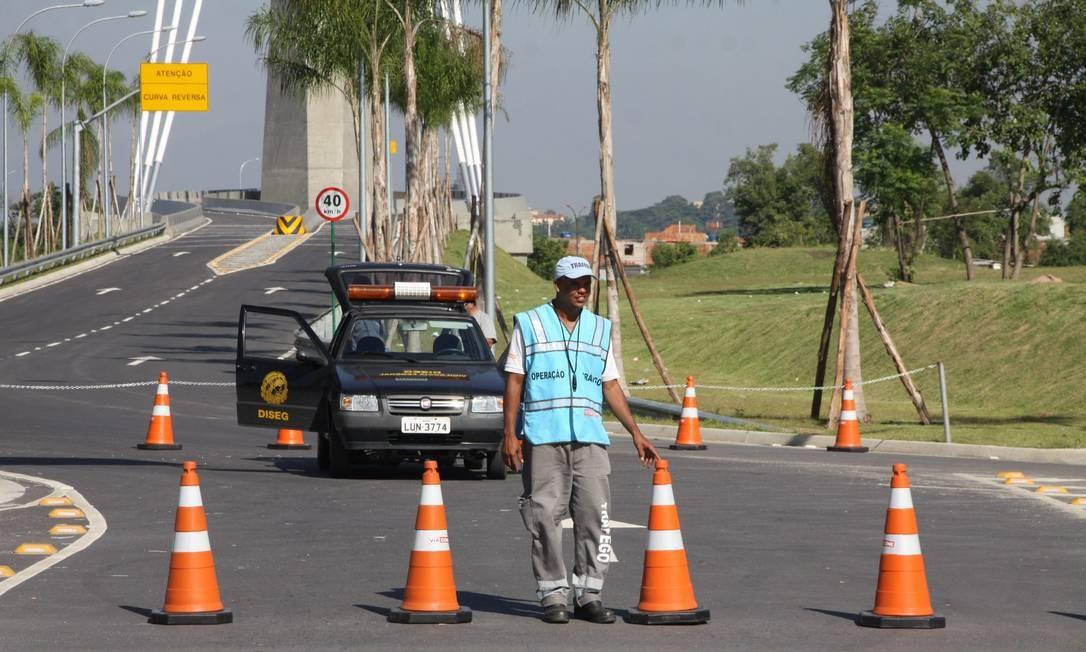 Agente de trânsito arruma os cones usados na interdição da ponte estaiada Foto: Paulo Nicolella / Agência O Globo