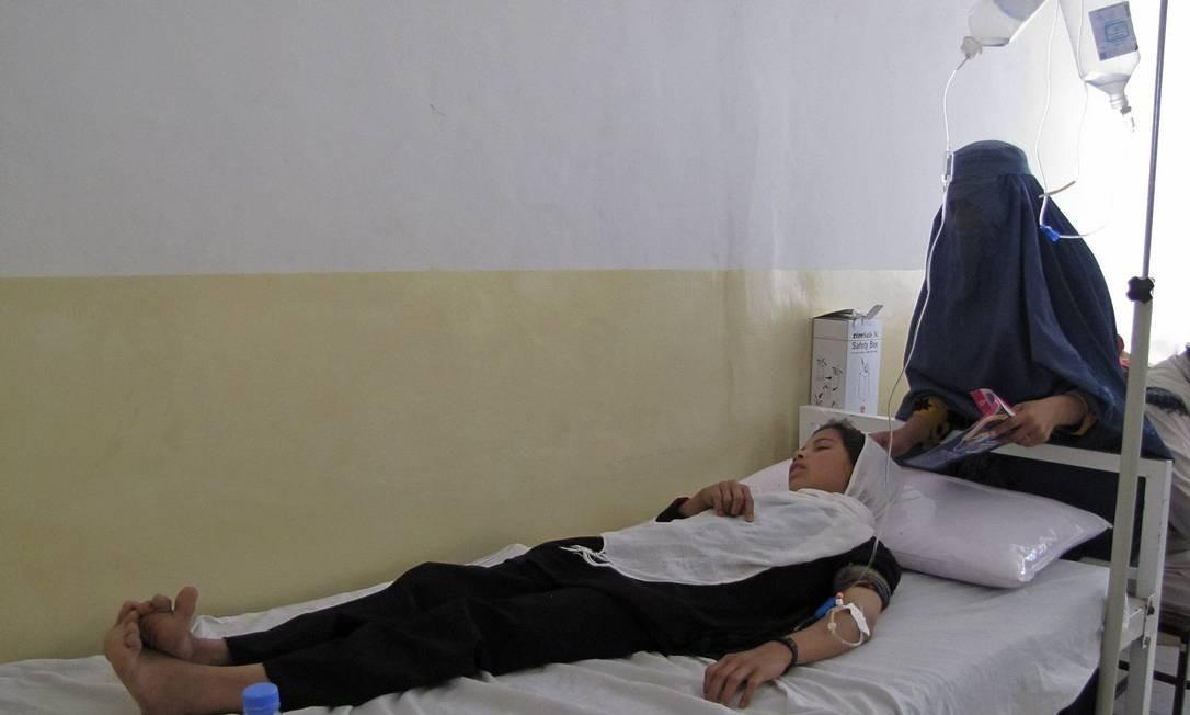 Menina é atendida em hospital após envenenamento na província de Takhar Foto: WAHDAT AFGHAN / REUTERS