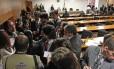 Advogado de Demóstenes Torres é cercado por jornalistas em sessão vazia do Conselho de Ética do Senado