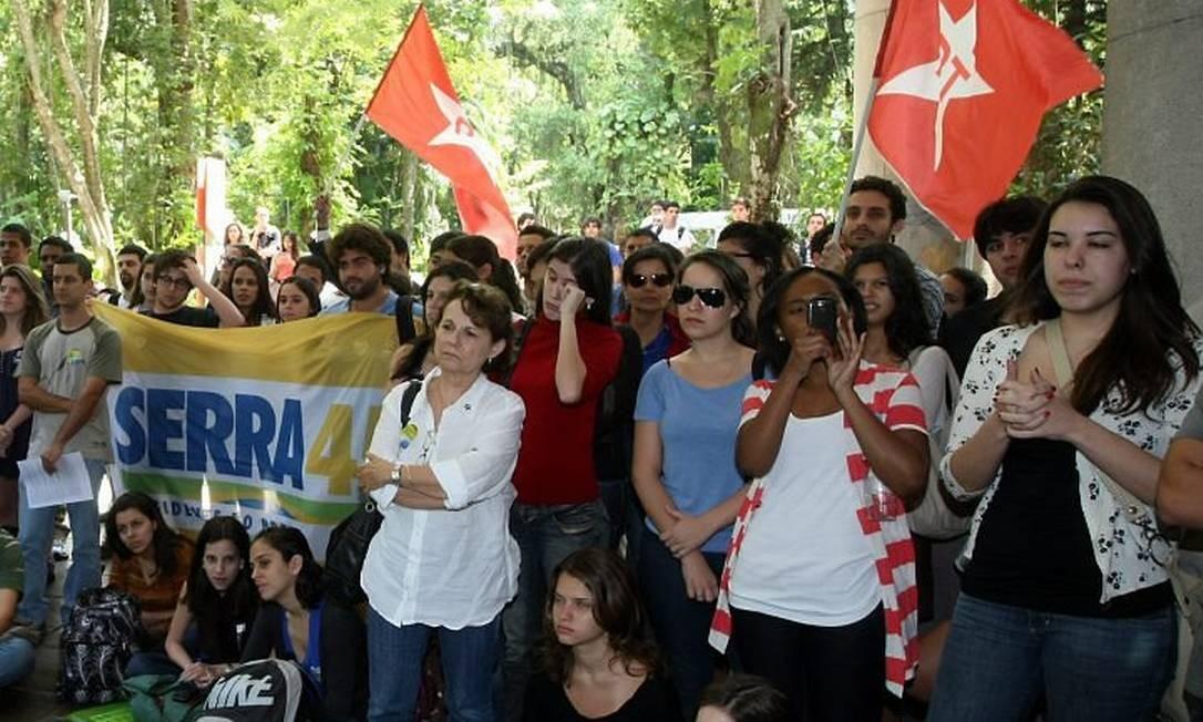 Estudantes da PUC-Rio no debate nos pilotis da faculdadeFoto: Marco ANtônio Cavalcanti
