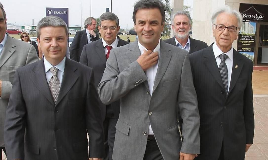 Aécio Neves no momento em que chegava para a reunião com o candidato à Presidência pelo PSDB, José Serra André Coelho