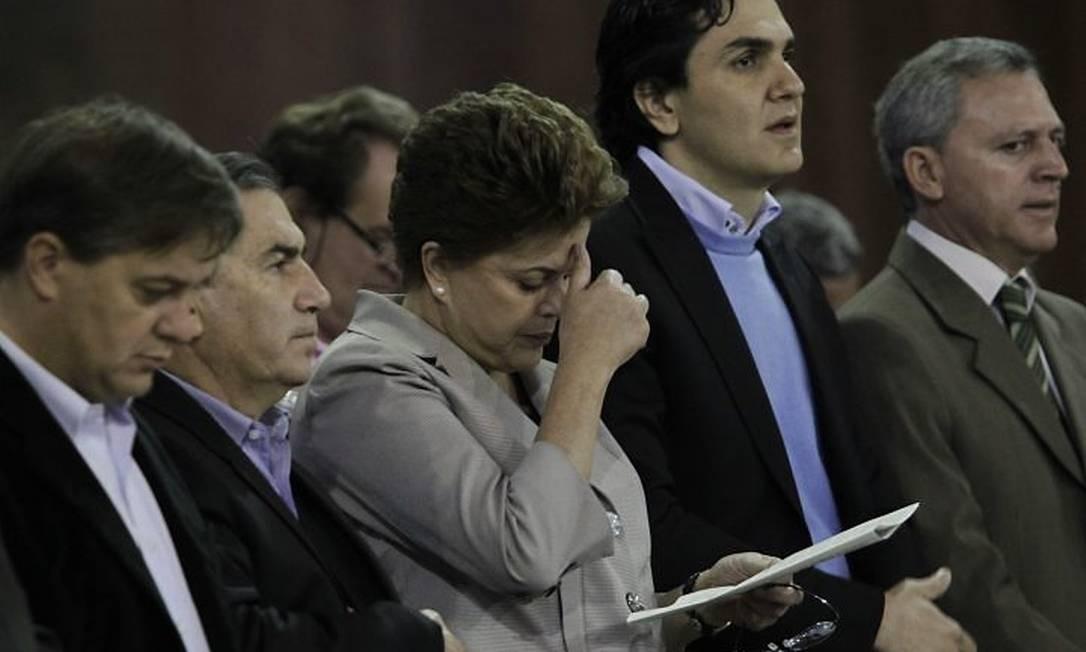 A candidata do PT à Presidência, Dilma Rousseff, é cumprimentada pelo padre em missa na Basílica de Nossa Senhora de Aparecida, no interior de São Paulo - Marcos Alves O Globo