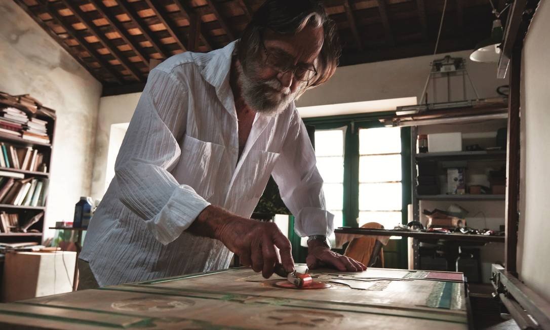 O artista pernambucano Gilvan Samico em seu ateliê, em Olinda, em foto de 2012 Foto: Divulgação