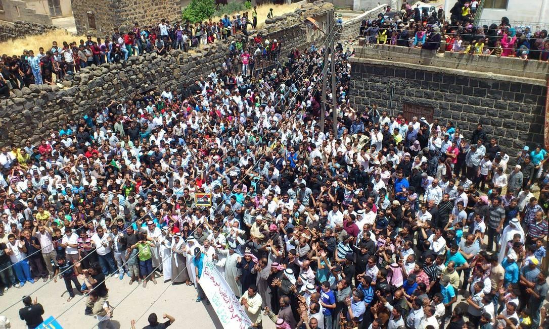 Sírios participam de funeral de vítimas da violência em Dael, na província de Deraa, nesta quarta-feira Foto: AFP