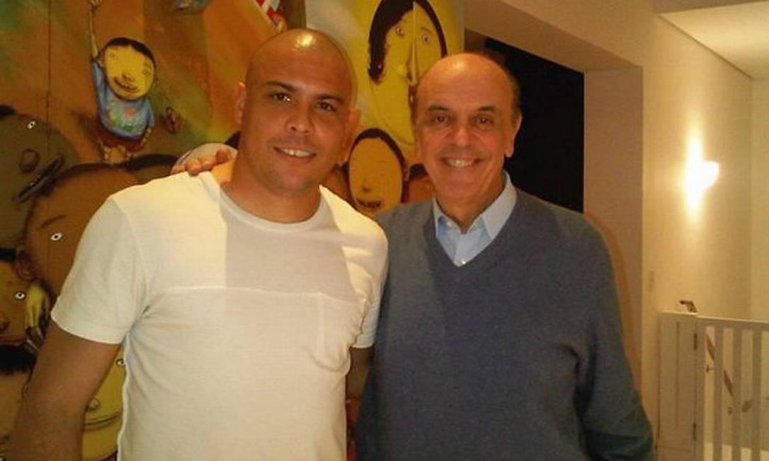 O candidato do PSDB à Presidência, José Serra, posa para fotos ao lado do jogador de futebol Ronaldo Fenômeno - Divulgação