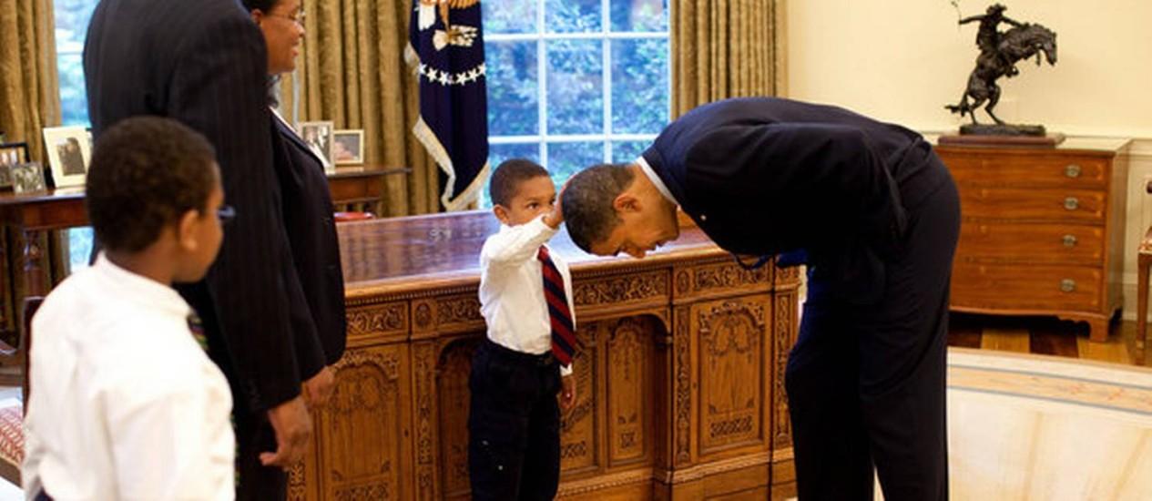 O pequeno Jacob Philadelphia encosta na cabeça do presidente Barack Obama, para certificar-se que o cabelo dos dois é igual Foto: Pete Souza