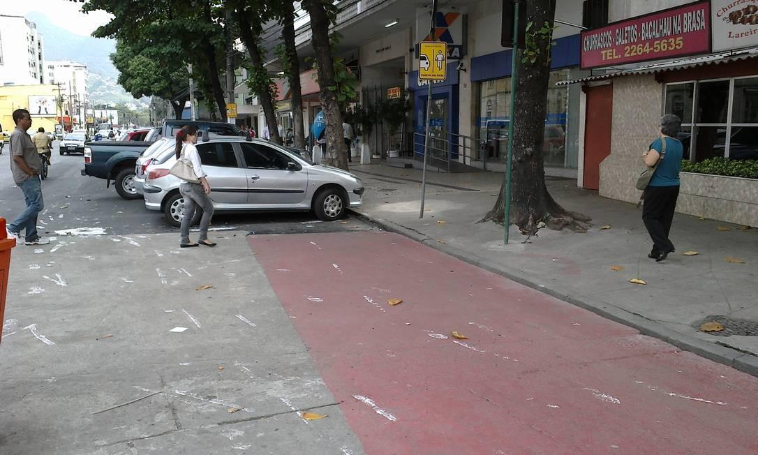 Operação Asfalto Liso passa, não recupera ciclofaixa na Rua Barão de Mesquita e carros voltam a estacionar próximo à Igreja Santo Afonso, na Tijuca Foto: Foto do leitor André Luiz Faro / Eu-Repórter