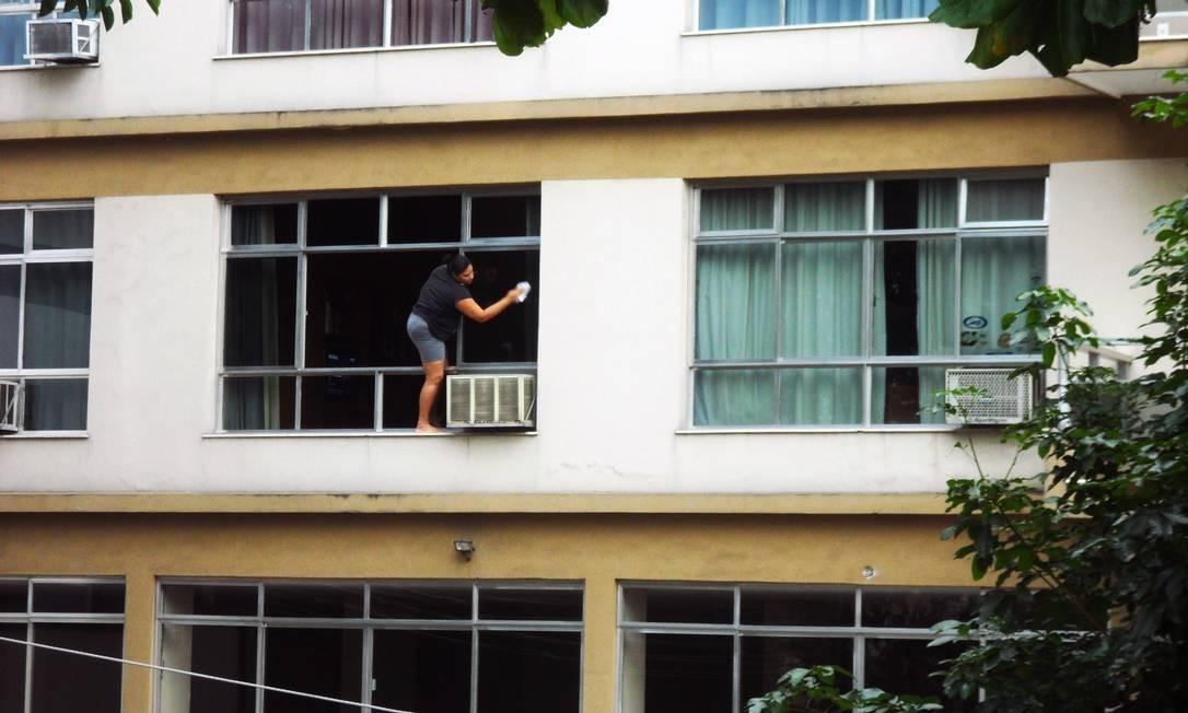 Mulher se arrisca para limpar janela em prédio na Tijuca Foto: Foto do leitor Daniel Moura / Eu-Repórter