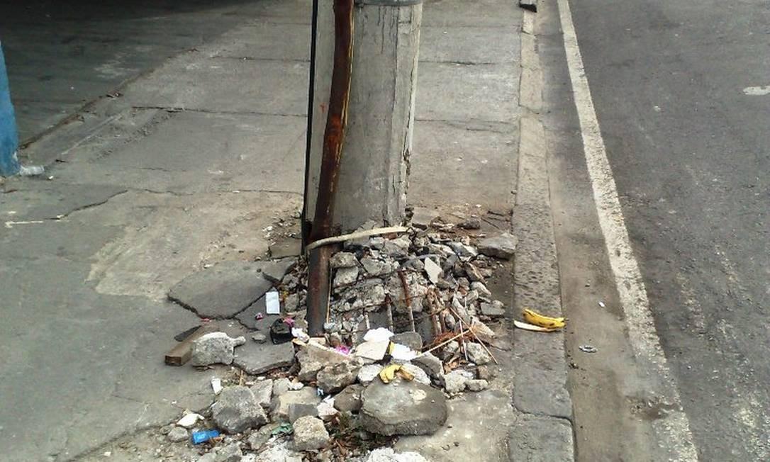Com a base destruída, poste corre risco de cair na Rua 24 de maio, no Méier Foto: Foto do leitor Marcos Estrella / Eu-Repórter