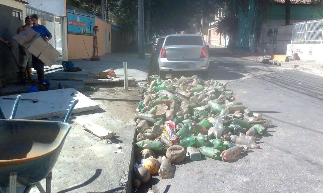 Funcionários da Prefeitura de Niterói retiram uma montanha de garrafas pet de bueiro na Rua Doutor Sardinha, em Santa Rosa Foto: Foto da leitora Mariana Tasca / Eu-Repórter