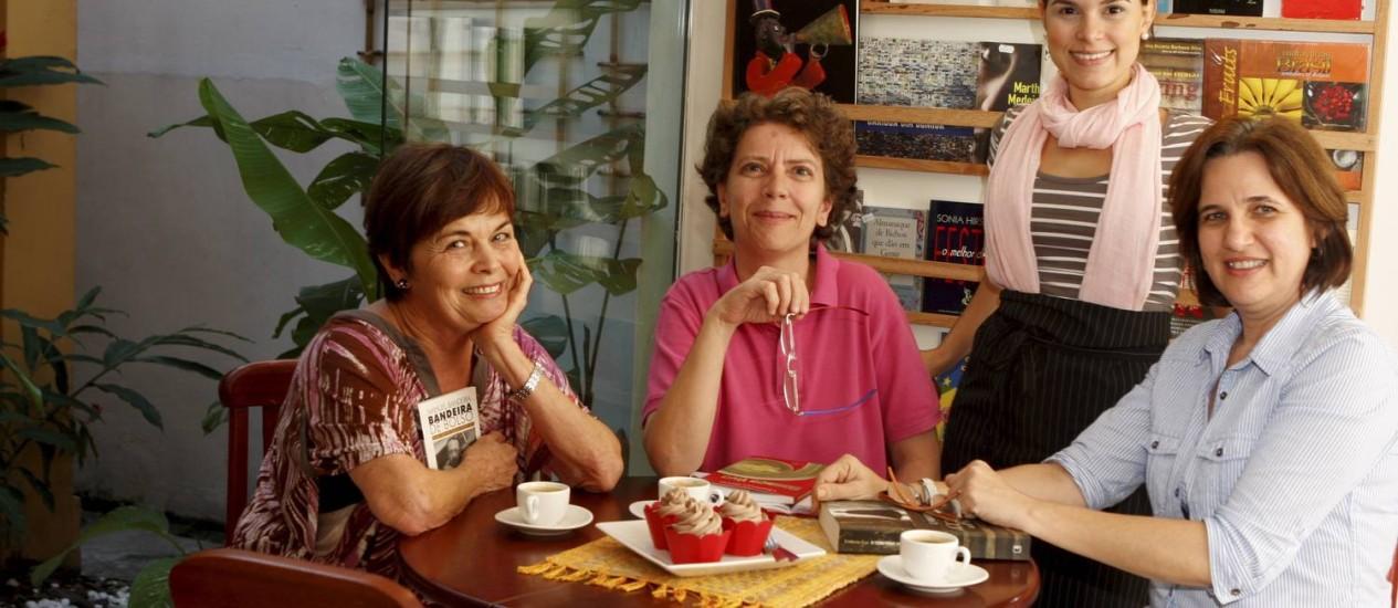 """A POETA Eda Damasio (à esquerda) e a professora de filosofia Dília Gouveia, autoras do """"Café concerto apresenta"""", declamam, observadas por Bruna Seixas e Ana Paula Gester Foto: Gustavo Stephan"""