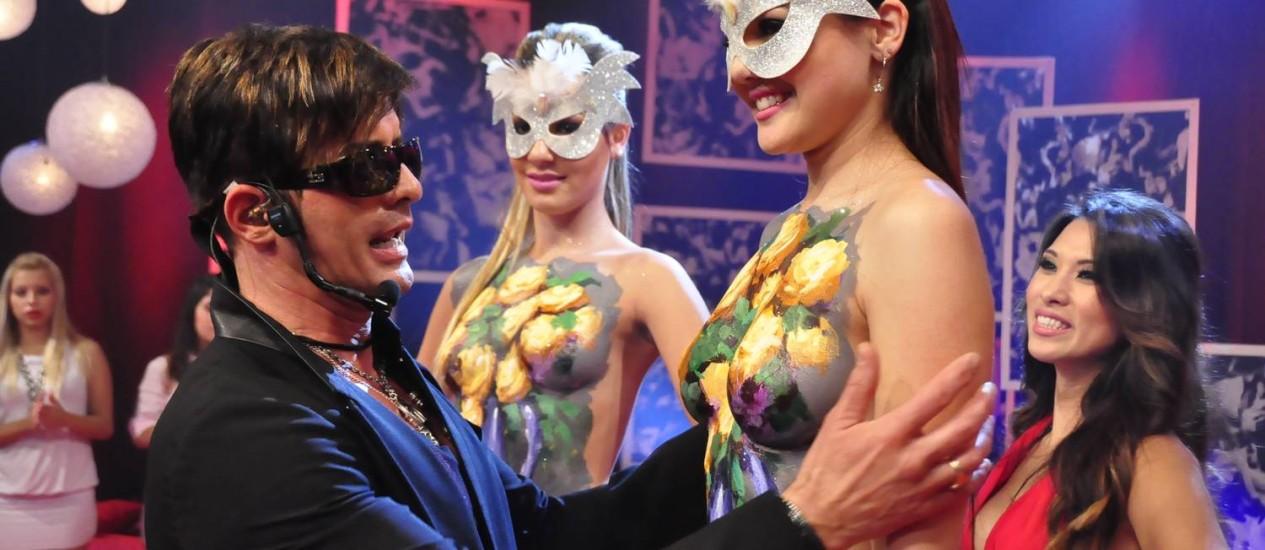"""Dr. Rey com as modelos no palco do """"Sexo a 3"""" Foto: Rede TV!/ Wayne Camargo"""