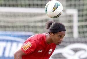 Ronaldinho Gaúcho domina a bola no Ninho do Urubu Foto: Ivo Gonzalez / O Globo
