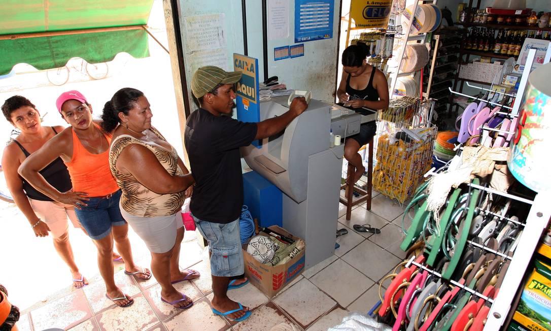 Fila de beneficiários do Bolsa Família na cidade de Presidente Vargas (MA): íntegra da segunda rodada de avaliações não foi divulgada Foto: Sérgio Marques / O Globo