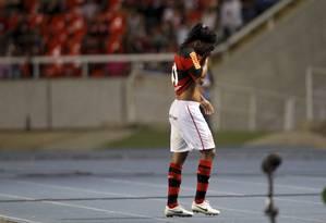 Ronaldinho deixa o campo cabisbaixo e sob vaias Foto: Marcelo Carnaval / Agência O Globo