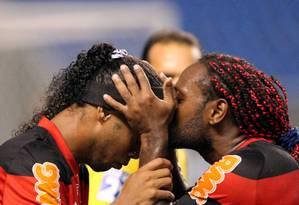 Love dá um beijinho em Ronaldinho: estava tudo caminhando para uma noite feliz Foto: Cezar Loureiro / Agência O Globo